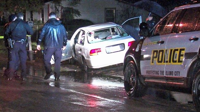 Familiares hallan hombre baleado dentro de auto