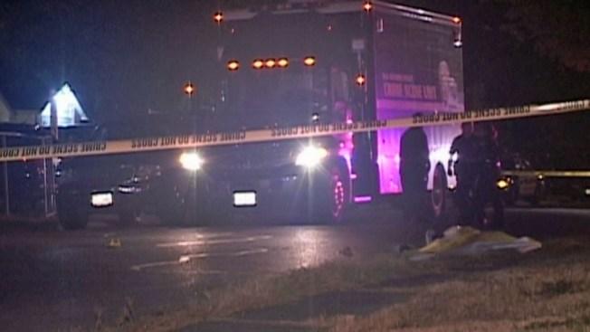 Policía halla adolescente muerto en banqueta