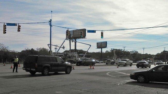 Congestionamiento: Reparan poste tras accidente