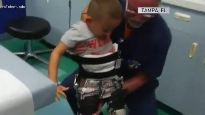 Niño de cinco años camina por primera vez