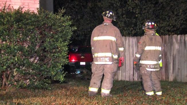 Huyen dos tras estrellar su auto contra casa