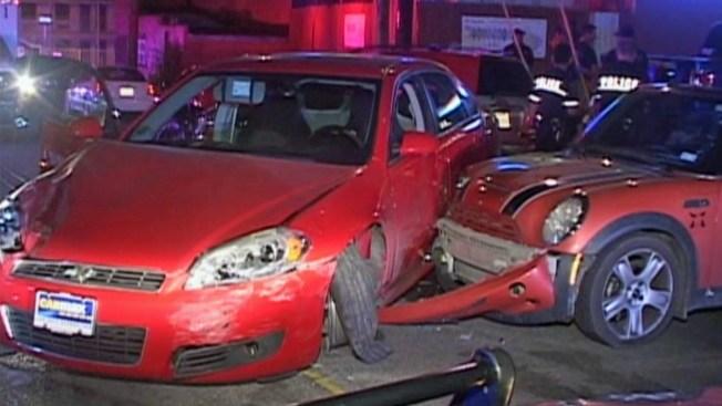 Molesta, choca 7 autos afuera de club nocturno