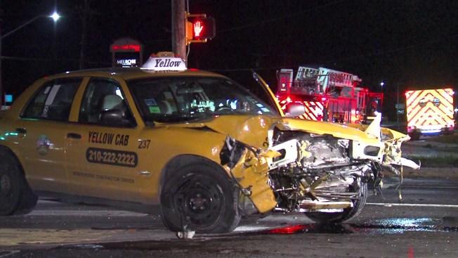 Policía: Se pasa la luz roja y choca con 2 autos