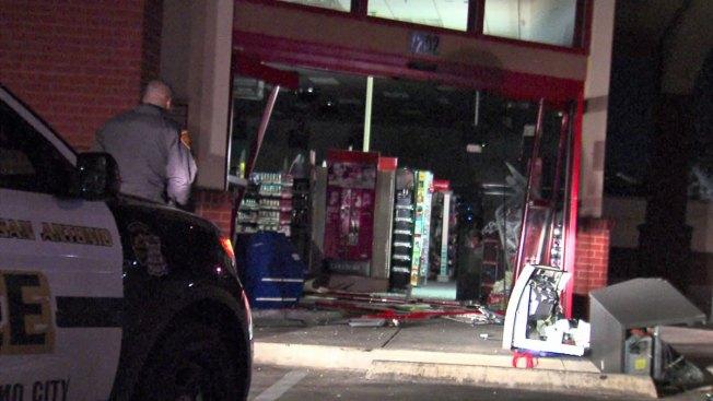 Derriban puertas para robar cajero automático