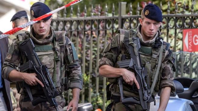 Un auto atropelló a un grupo de soldados — París