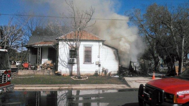 Mujer sufre quemaduras al incendiarse su casa