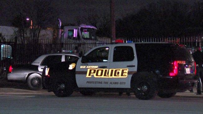 Policía encuentra hombre tendido y acuchillado