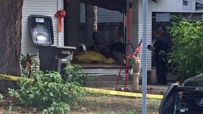 Hallan hombre muerto frente a casa