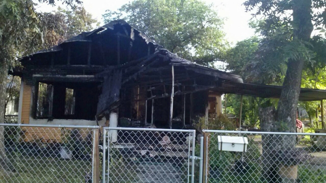 Incendio deja casa en cenizas