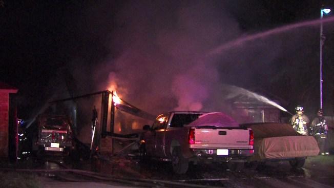 Incendio alcanza dos casas y cinco autos