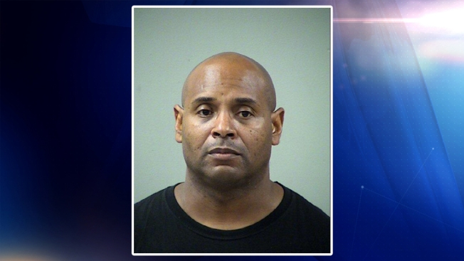Oficial acusado de agredir a familiar