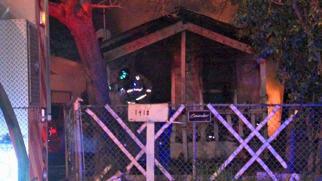 Calentador provoca incendio, tres casas quemadas