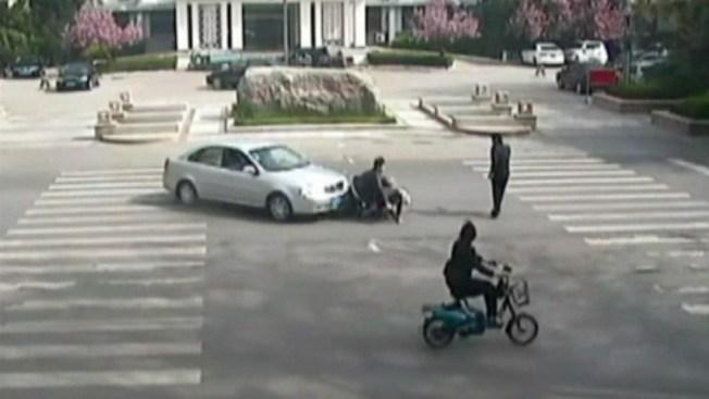 En video: iban al banco... y los billetes volaron