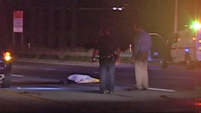 Hombre muere cruzando autopista principal