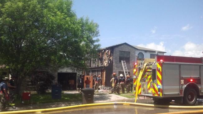 Incendio de casa móvil alcanza dos viviendas