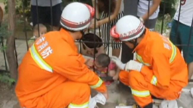 Video: Rescatan a niño atascado en reja de hierro