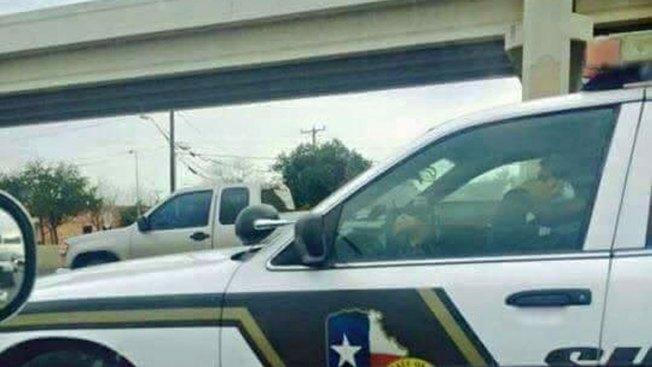 Controversia: Oficiales usan el celular al manejar