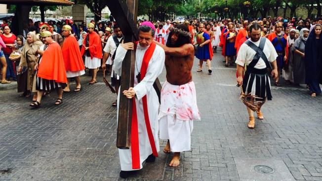 Vía Crucis atrae a miles al centro de SA