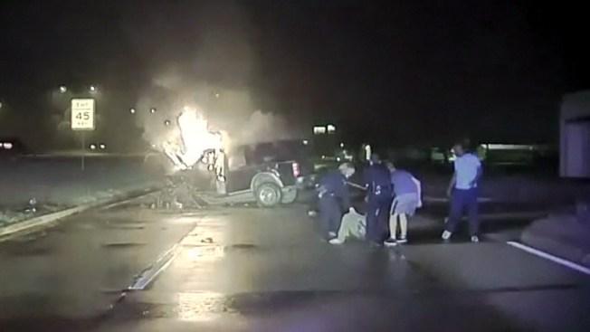 Policías salvan a hombre de morir quemado