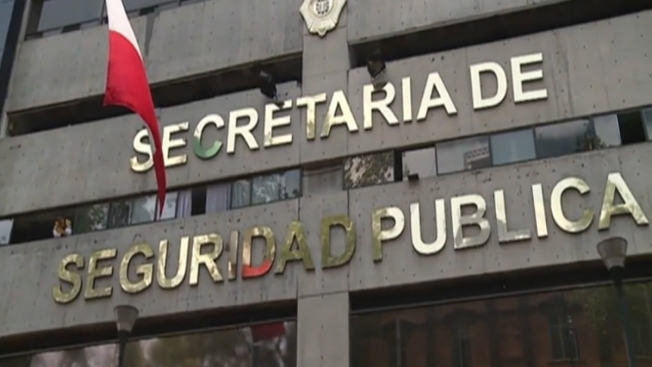 México: Policías escoltan al banco a ciudadanos