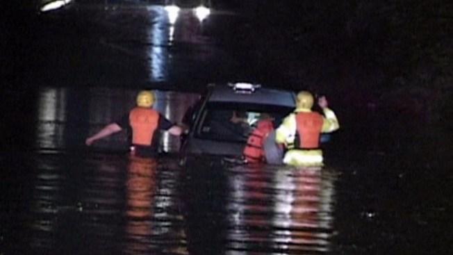 Inundaciones atrapan a mujer en su auto