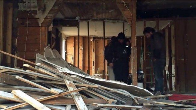 Hallan posibles restos humanos bajo piso de casa
