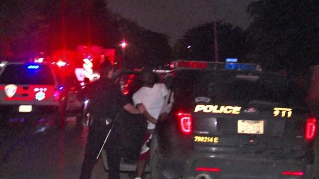 Oficiales asisten en incendio y arresto