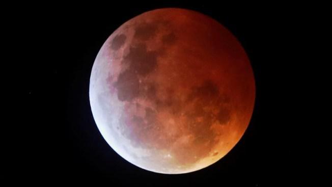 """Maravilla en el cielo: la superluna se """"tiñó"""" de sangre"""