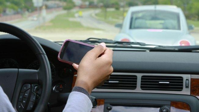 Schertz prohíbe usar teléfono al conducir