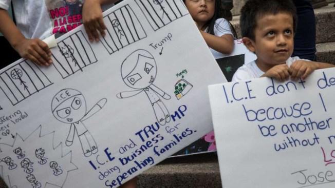 Juez acepta acuerdo que revalúa asilo para padres y niños