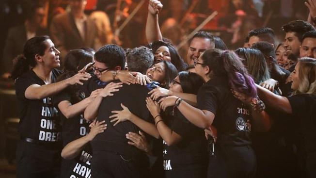 """Alejandro Sanz abraza a """"soñadores"""" en los Latin Grammy"""