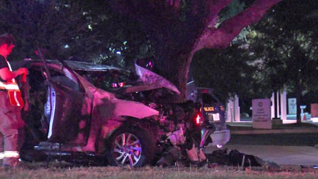 Auto choca con árbol, termina en llamas