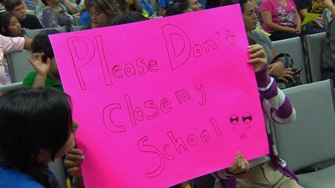 Luchan para mantener escuela abierta