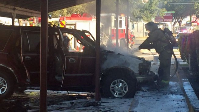Incendio destruye auto en apartamentos