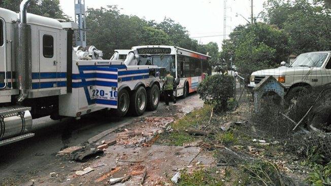 Autobús choca contra 2 autos y 1 casa