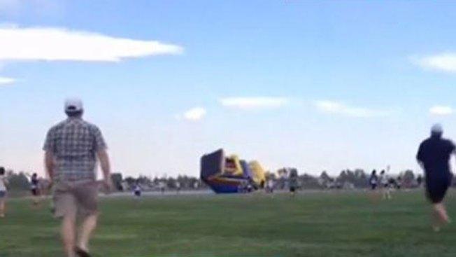 Otra casa inflable sale volando con niños
