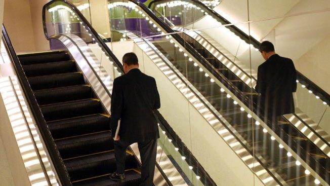 Abuela toma escalera por donde no era