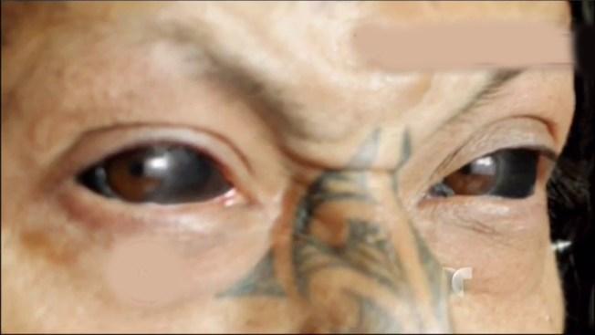 ¡Insólito! Hombre se tatúa los ojos
