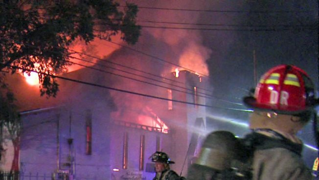 Iglesia colapsa consumida por llamas