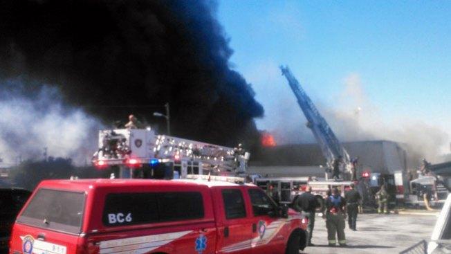 Bomberos combaten incendio en iglesia