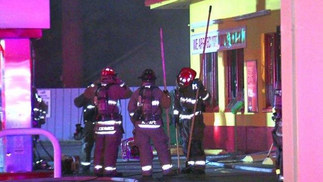 Investigan dos incendios en gasolinera