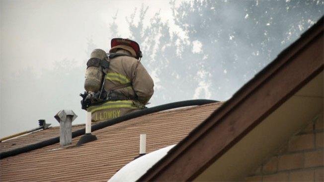 Incendio deja muerto y bombero herido