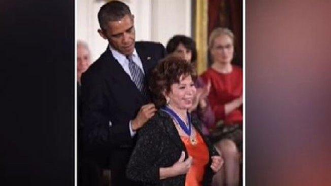 """Isabel Allende: """"maravillada"""" con medalla"""