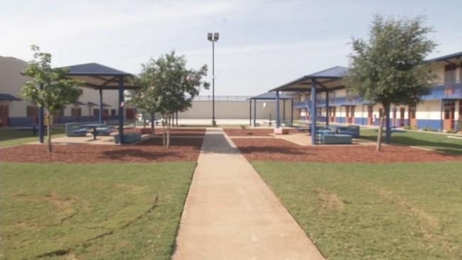 Karnes,TX: Llegan niños inmigrantes al albergue