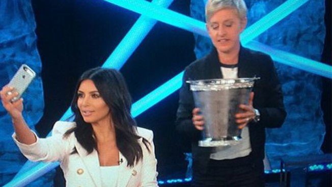 ¡Kim Kardashian hace el reto enjoyada!