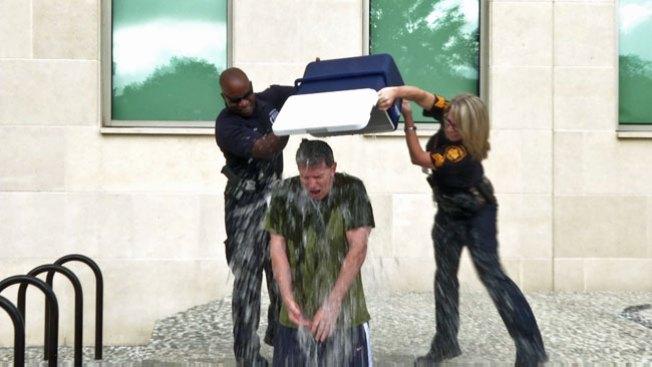 """Jefe de policía toma reto del """"ice bucket"""""""