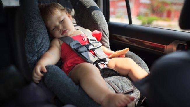 Advierten sobre niños olvidados en autos