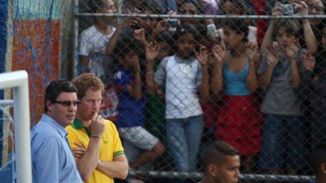 El Príncipe Enrique visita una favela