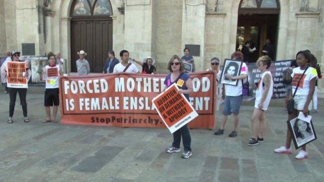 Aborto, protestan fuera de la catedral
