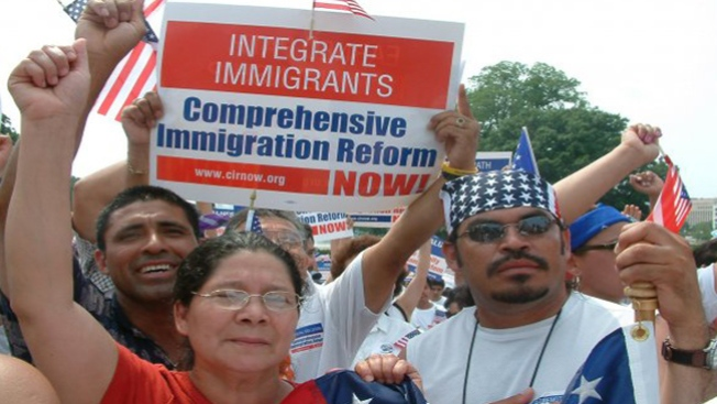 Proinmigrantes protestan con serenatas